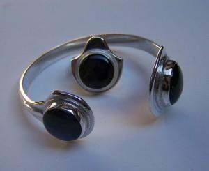 gyűrű karkötővel